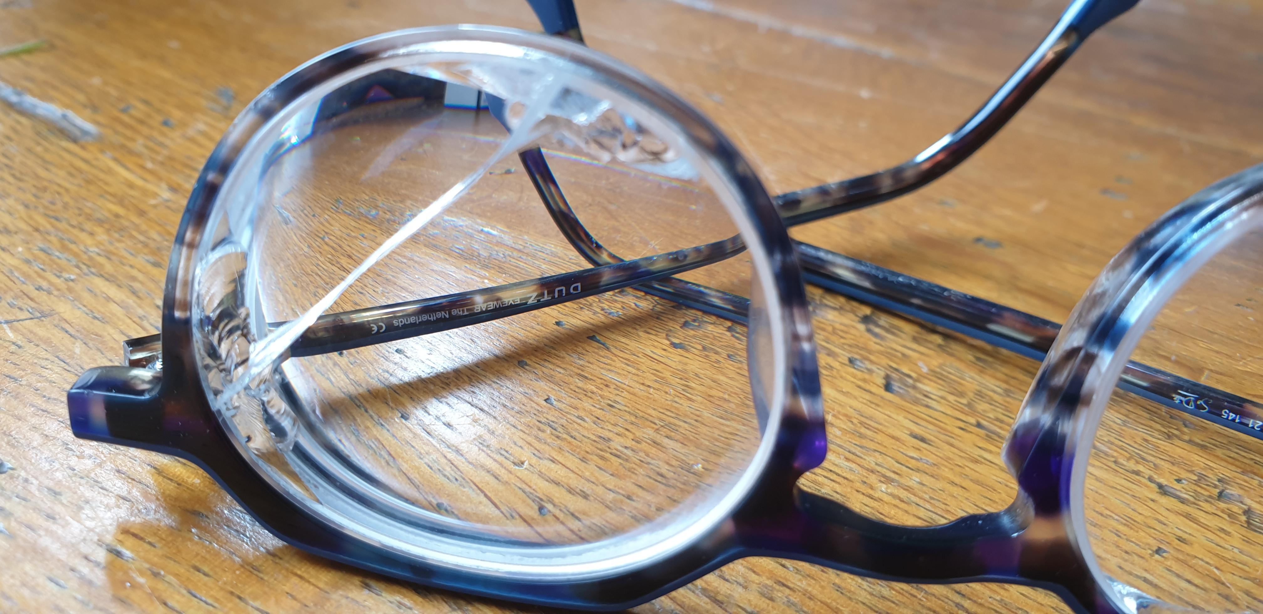 Een bril met kapotte brillenglazen.