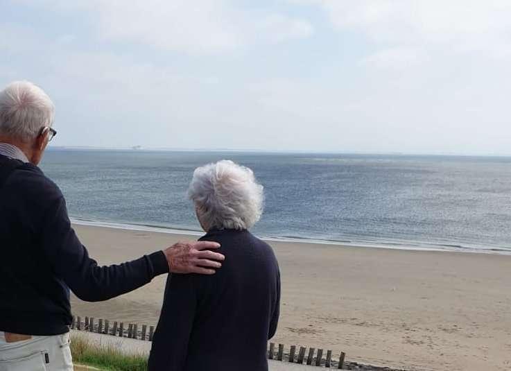 Foto van de ouders van Carin op de zeedijk bij Zoutelande op Walcheren in Zeeland.