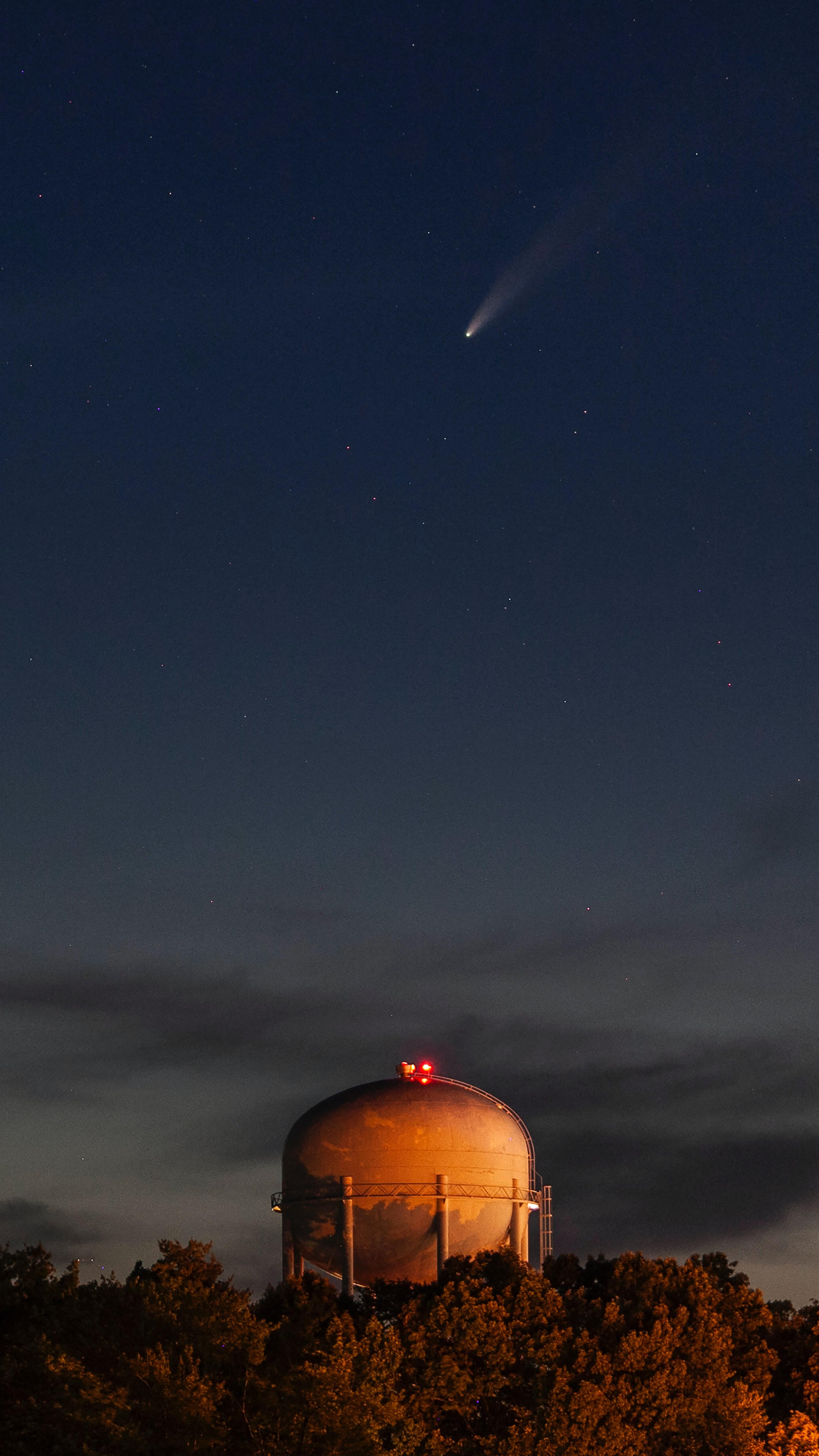 Komeet Neowise met op de voorgrond de koepel een sterrenwacht.