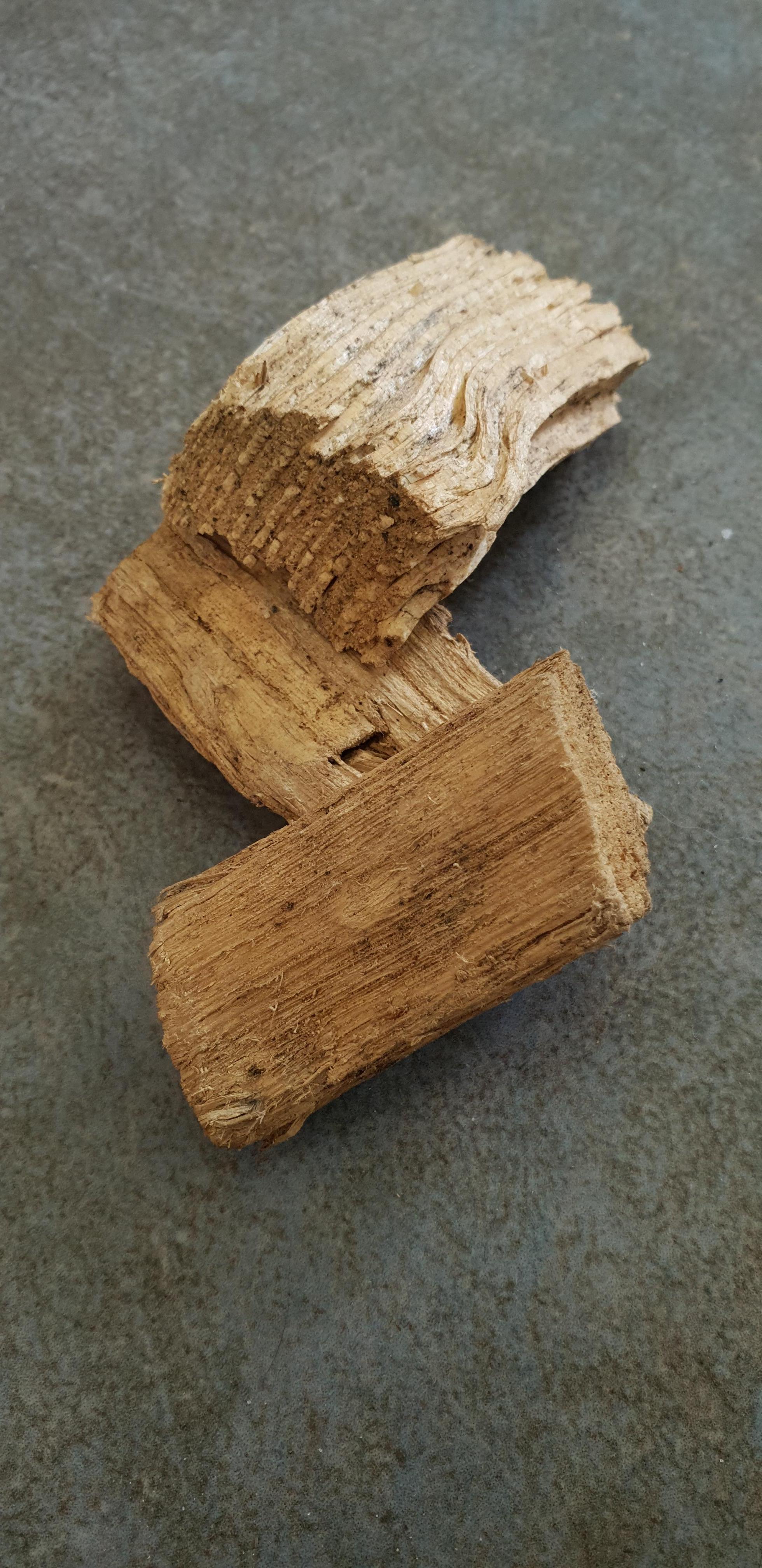 Drie houtsnippers ter grootte van een luciferdoosje.